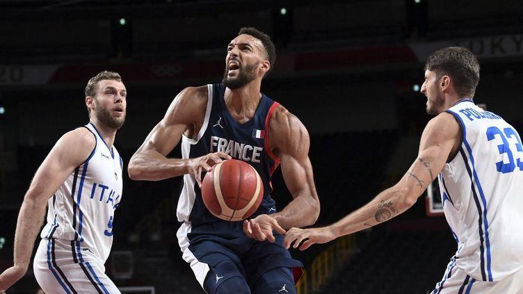 Rudy Gobert et ses coéquipiers ont décroché leur ticket pour les demi-finales des Jeux olympiques de Tokyo, mercredi 3 août. (ARIS MESSINIS / AFP)