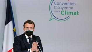 Le président Emmanuel Macron le 14 décembre, auprès des membres de laConvention Citoyenne pour le climat. (THIBAULT CAMUS / AFP)