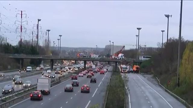 Tôt vendredi matin, un poids lourd a chuté d'un pont sur la bretelle d'autoroute reliant l'A86 et l'A6B. La circulation a dû être coupée pour dégager le camion. Le trafic a été perturbé une partie de la matinée.