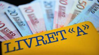 Un Français interrogé sur deux (51%) déclare que la baisse du taux du Livret A à 1% va l'inciter à épargner sur un autre type de produit, dans un sondage réalisé par l'Ifop pour Dimanche Ouest France, dimanche 27 juillet. (PHILIPPE HUGUEN / AFP)
