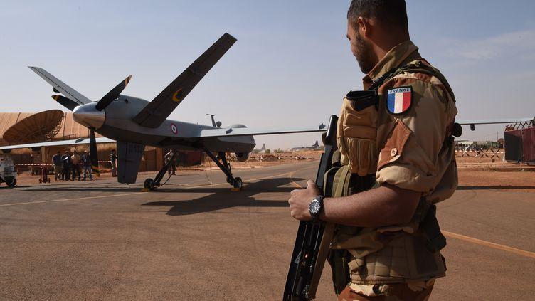 Un drone Reaper, fabriqué par la firme américaine General Atomics, sur la base aérienne française de Niamey (Niger), en janvier 2015. (DOMINIQUE FAGET / AFP)