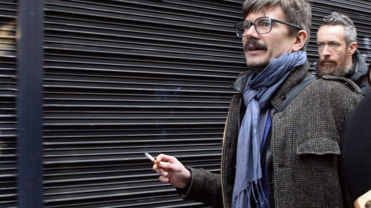 """Le dessinateur Luz arrive à """"Libération"""", à Paris, le 9 janvier 2015, pour préparer le """"journal des survivants"""" de """"Charlie Hebdo"""". (BERTRAND GUAY / AFP)"""