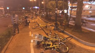 Des bicylettes à terre dans les rues de Kos (Grèce), le 21 juillet 2017. (OSMAN TURANLI / SOCIAL MEDIA / REUTERS)