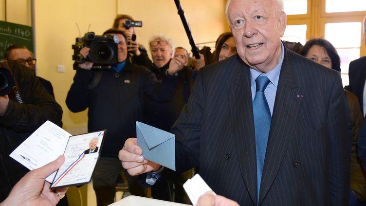 Le maire sortant UMP de Marseille, Jean-Claude Gaudin,vote lors du premier tour des municipales, le 23 mars 2014. (ANNE-CHRISTINE POUJOULAT / AFP)