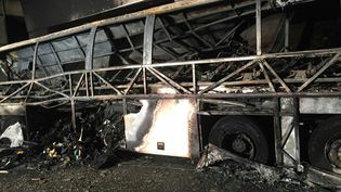 La caracasse d'un bus hongroisdont l'accident, sur une autoroute à Vérone (Italie), le 20 janvier 2017, a fait 16 morts. (MAXPPP)
