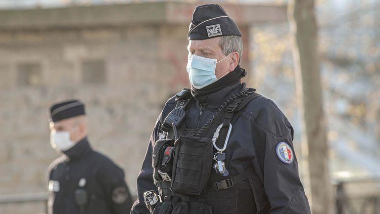 Des policiers avec des masques chirurgicaux à Paris, le 1er avril 2020 (photo d'illustration). (LUC NOBOUT / MAXPPP)