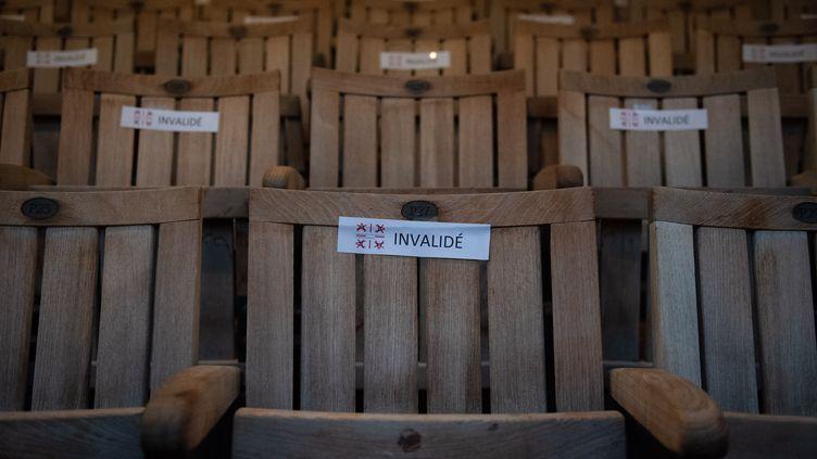 Les mesures de distanciation physiques appliquées dans lethéâtre de l'Archevéché à Aix-en-Provence (Bouches-du-Rhône),jeudi 23 juillet 2020. (CLEMENT MAHOUDEAU / AFP)