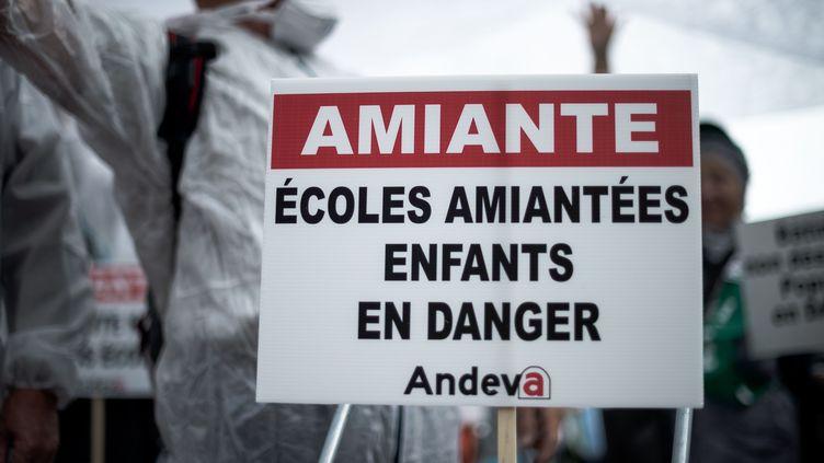 Manifestation nationale des victimes de l'amiante, à Paris, le 12 octobre 2018. (NICOLAS MESSYASZ / SIPA)