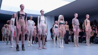Kanye West présente sa collaboration avec Adidas : les Yeezy 750 Boost et sacollection de vêtements, à la fashion week de New York, en février 2015  (Gareth Cattermole / GETTY IMAGES NORTH AMERICA / AFP)