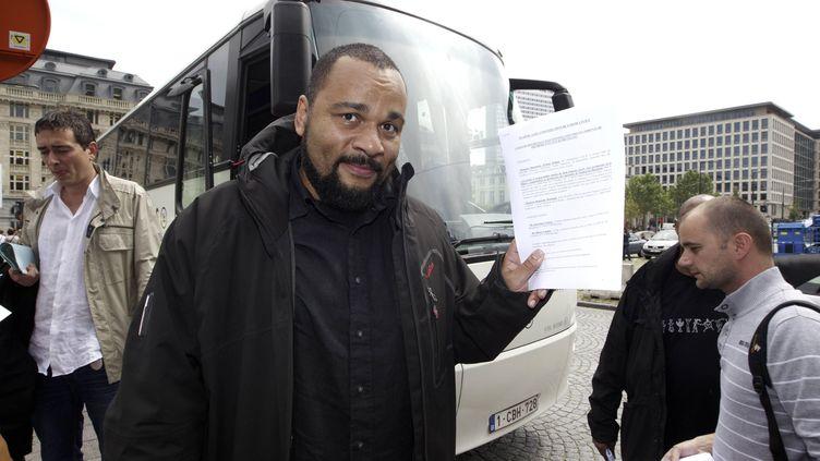 L'humoriste Dieudonné pose devant le palais de justice de Bruxelles, le 21 juin 2012, quelques semainesaprès que la police a interrompu son spectacle. (NICOLAS MAETERLINCK / BELGA / AFP)