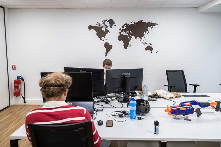 Des salariés d'une start-up parisienne le 5 juin 2020. Photo d'illustration. (AURELIEN MORISSARD / MAXPPP)