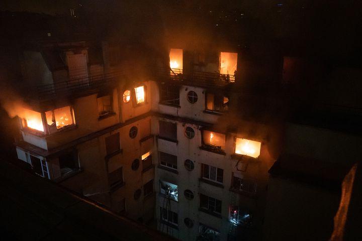 Les flammes ravagent un immeuble, rue Erlanger, dans le 16e arrondissement de Paris, le 5 février 2019. (BENOIT MOSER / BRIGADE DE SAPEURS-POMPIERS DE PARIS)