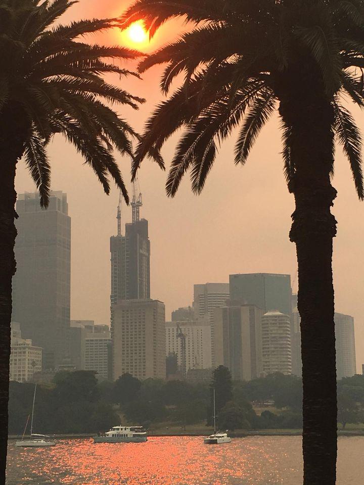 """La """"Skyline"""" de Sydney sous un soleil rouge (Photo Lequien)"""