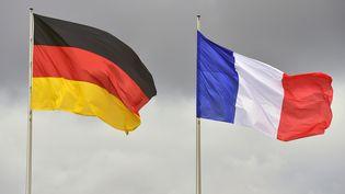 Les drapeaux allemand et français. Photo d'illustration. (JOHN MACDOUGALL / AFP)
