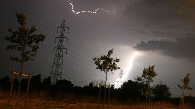 La foudre tombe sur une ligne électrique à Toulouse, le 27 juillet 2006. (LIONEL BONAVENTURE / AFP)