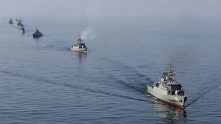 Des bateaux de la marine iranienne participent à des exercices dans le détroit d'Ormuz, le 3 janvier 2012. (EBRAHIM NOROOZI / AFP)