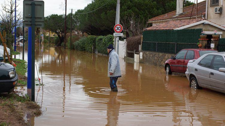 Un homme marche dans une rue inondée du quartier des Salins à Hyères (Var), le 20 janvier 2014. (CITIZENSIDE / MARIE-EVE HEER / AFP)