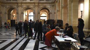 Des électeurs font la queue dans un bureau de vote de Marseille, le 7 mai 2017, lors du second tour de l'élection présidentielle. (ANNE-CHRISTINE POUJOULAT / AFP)