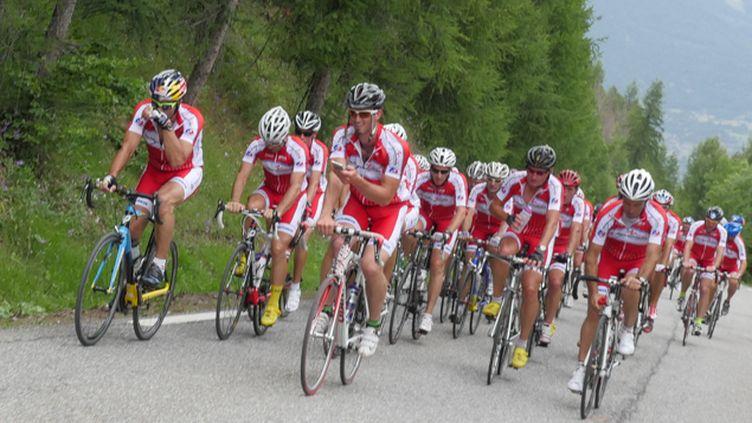(Le groupe de l'ESF dans la montée vers Risoul © RF/Jean-Marie Porcher)