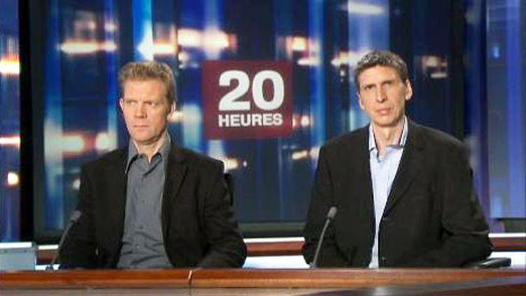 Hervé Ghesquière (à gauche) et Stéphane Taponier lors du 20 h de France 2 le 30 juin 2011 (France 2)
