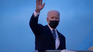 Le président des USA, Joe Biden à l'aéroport de Suffolk (Grande-Bretagne) quitte le G7, le 9 juin 2021. (BRENDAN SMIALOWSKI / AFP)