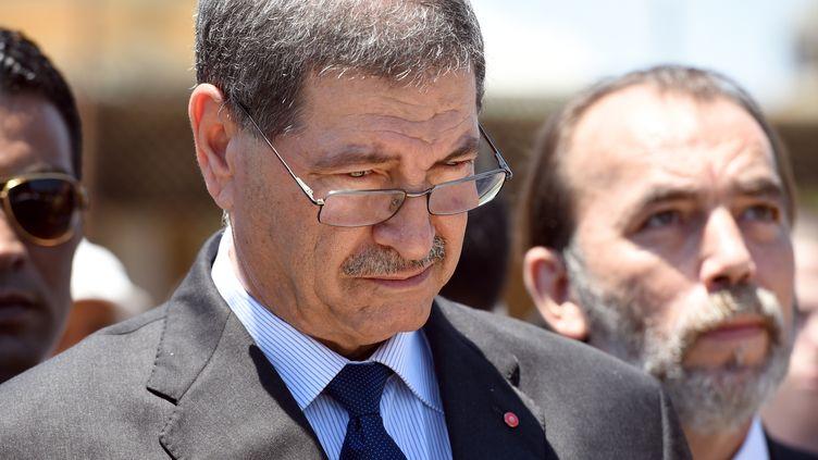 Le Premier ministre tunisien Habib Essidobserve une minute de silence sur les lieux de l'attentat qui a fait 38 victimes une semaine plus tôt, à Sousse, vendredi 3 juillet 2015. (FETHI BELAID / AFP)