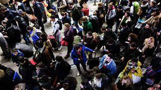 Des voyageurs attendent patiemment leur train pour les vacances de Noël, le 20 décembre 2019, en pleine grève des transports contre la réforme des retraites. (JULIEN MATTIA / ANADOLU AGENCY / AFP)