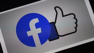 """Facebookassure vouloir investir """"au moins"""" 1 milliard de dollars dans les contenus d'actualité au cours des trois prochaines années. (OLIVIER DOULIERY / AFP)"""