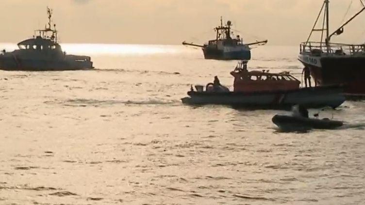 Desbateaux de pêche français se sont opposés à des chalutiers britanniques venus pêcher la coquille Saint-Jacques au large de la Normandie le 28 août 2018. (capture d'écran France 2)