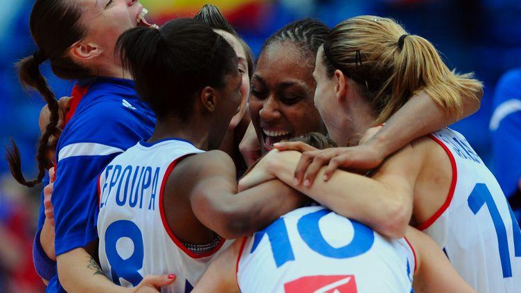La joie de l'équipe de basket féminin (ATTILA KISBENEDEK / AFP)