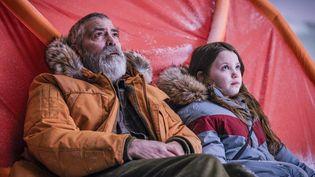 """George Clooney et Caoilinn Springall dans """"Minuit dans l'univers"""" de George Clooney (Copyright Philippe Antonello/NETFLIX)"""