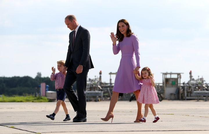 Le prince William et la duchesse Kate avec leurs enfants George et Charlotte, le 21 juillet 2017 à Hambourg (Allemange), lors d'une visite officielle. (CHRISTIAN CHARISIUS / DPA / AFP)