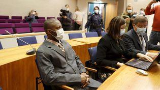 Le ressortissant libérien Gibril Massaquoi assiste au premier jour de son procès devant le tribunal de Tampere, en Finlande, le 3 février 2021. Ce chef de guerre y vit depuis 2008. (Kalle Parkkinen / Lehtikuva / Ketpix / AFP)