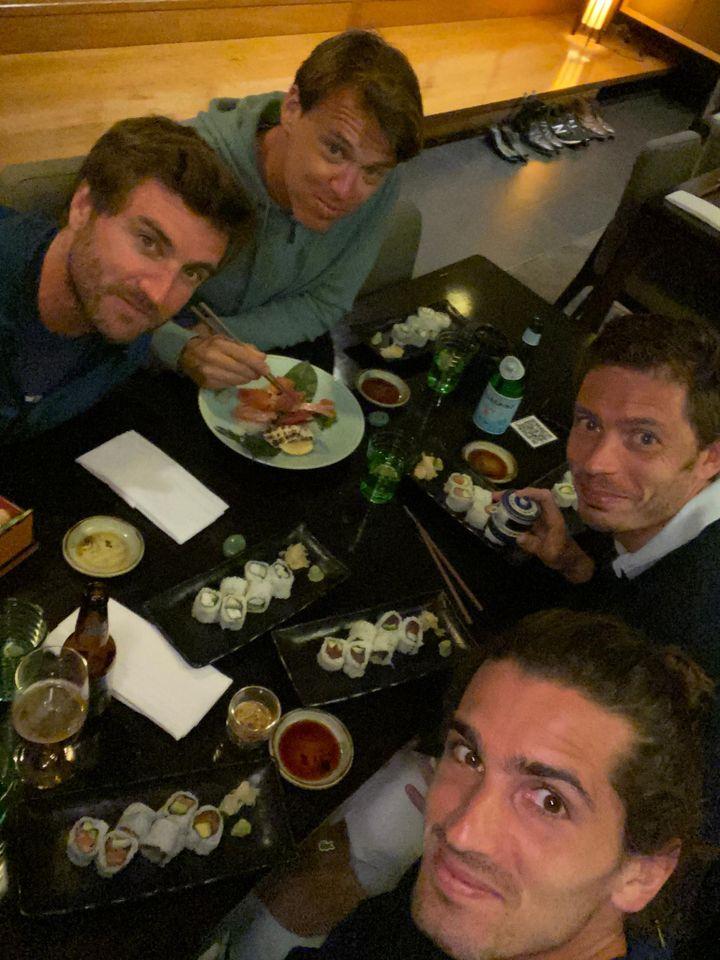 Dîner d'après-quarantaine à Melbourne pour Gilles Simon, Benjamin Balleret, Nicolas Mahut et Pierre-Hugues Herbert (de gauche à droite et de haut en bas) (PIERRE-HUGUES HERBERT)