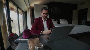 Un télétravailleur dans un hôtel à Metz. (FRANCEINFO)
