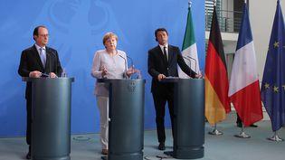 AngelaMerkel, François Hollande et Matteo Renzi lors d'une conférence de presse, après une réunion suite au vote du référendum du Royaume-Uni pour quitter l'UE. Berlin (Allemagne), le 27 juin 2016 (WOLFGANG KUMM / DPA / AFP)
