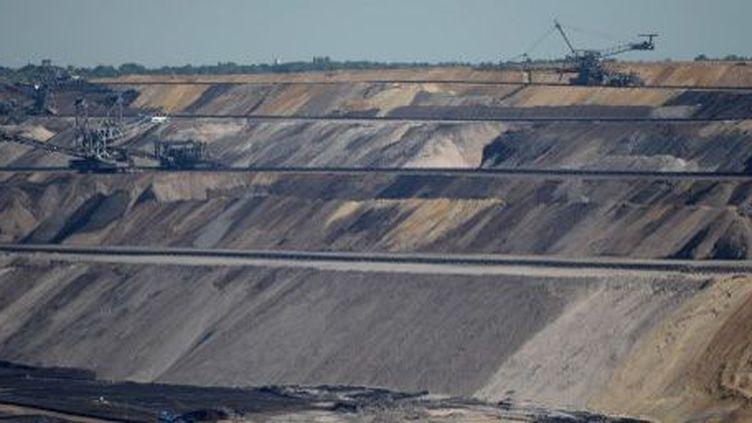 Production de lignite dans la mine à ciel ouvert deGarzweiler, à l'ouest de Cologne, en Allemagne. (PATRIK STOLLARZ / AFP)