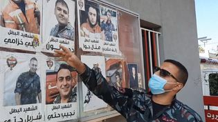 Un pompier de la caserne proche du port de Beyrouth (Liban) montre les portraits des dix hommes qui ont péri dans l'explosion du 4 août 2020 (CHRISTIAN CHESNOT / RADIO FRANCE)