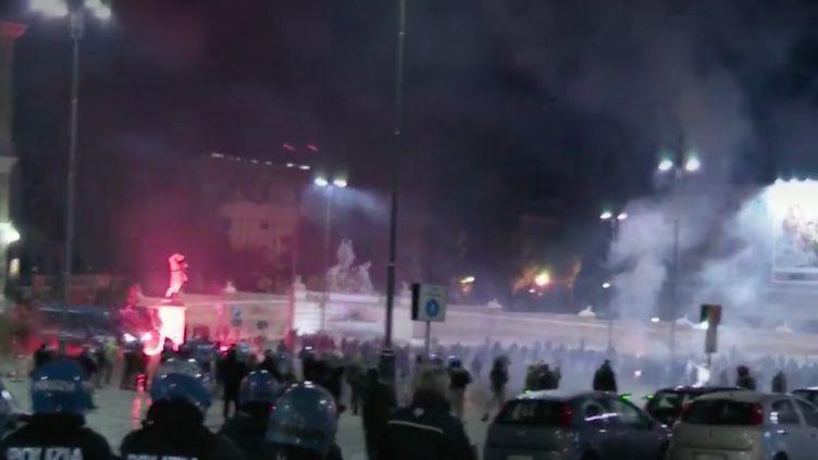 En Italie, le couvre-feu passe mal.De nouveaux affrontements ont eu lieu, samedi 24 octobre, entre les forces de l'ordre et des manifestants d'extrême-droite. (France 2)