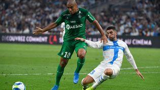 Le milieu de terrain de Saint-Etienne Wahbi Khazriet le défenseur espagnol de Marseille Alvaro Gonzalez pendant le match de Ligue 1 entre Marseille (OM) et Saint-Etienne (ASSE) au stade Vélodrome de Marseille, le 1 septembre 2019 . (CHRISTOPHE SIMON / AFP)