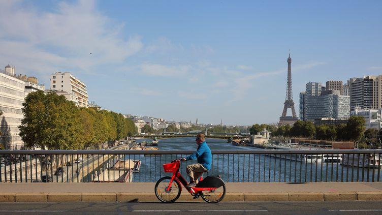 A vélo sur le pont du Garigliano, à Paris. (MANUEL COHEN / AFP)
