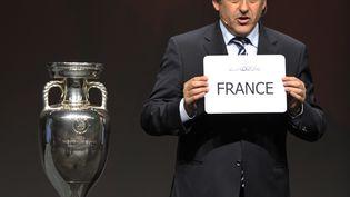 Michel Platini annonce que la France organisera l'Euro 2016, à Genève, le 28 mai 2010. (PHD/BF/IA/AFP)