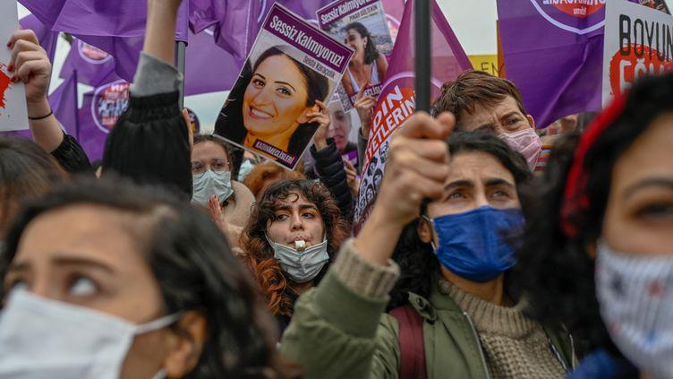 Des femmes manifestent contre le retrait de la Turquie de la Convention d'Istanbul, traité international pour protéger les femmes contre les violences, à Istanbul, le 20 mars 2021. (BULENT KILIC / AFP)