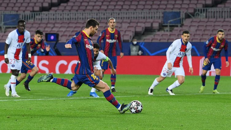 Lionel Messi s'apprête à tirer un pénalty lors du match aller face au Paris Saint-Germain, le 16 février 2021.  (LLUIS GENE / AFP)
