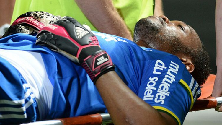 Steve Mandanda va donc manquer le Mondial 2014 au Brésil (BORIS HORVAT / AFP)