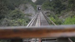 En Isère, le funiculaire de Saint Hilaire du Touvet (Isère) vous emmène à 1 000 m d'altitude en parcourant la pente la plus forte d'Europe. À l'arrivée, la vue est époustouflante. (france 3)