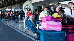 Des bagagistes étaienten grève le 17 juillet 2021 au Portugal, causant de longues files d'attentes et des vols annulés, comme ici à Lisbonne. (ANDRE ALVES / ANADOLU AGENCY / AFP)