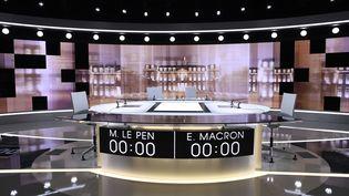 Le plateau qui accueillera le dernier débat de la présdientielle, mercredi 3 mai 2017, entre Emmanuel Macron et Marine Le Pen, à La Plaine Saint-Denis, près de Paris. (ERIC FEFERBERG / POOL)