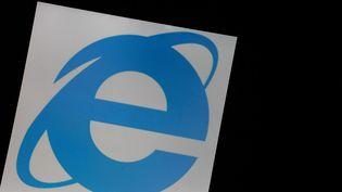 Le logo du navigateur Internet Explorer, le 7 juin 2018. (ALEXANDER POHL / NURPHOTO / AFP)
