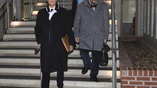 Le maire de Draveil Georges Tron (LR) arrive au tribunal de Bobigny (Seine-Saint-Denis), mardi 12 décembre 2017, en compagnie de son avocat, Eric Dupont-Moretti. (JACQUES DEMARTHON / AFP)